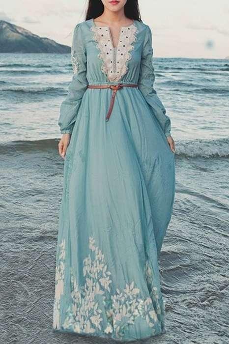Robe longue ete bleu clair dentelle et fleurs blanches avec manche longue