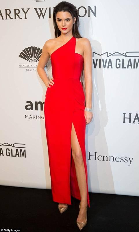 Kendall jenner dans une robe rouge bretelle asymetrique et fendue chic pour soiree