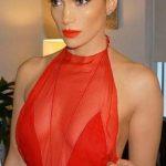 Jennifer lopez en robe rouge sans manche voile et transparence pour magnifique decollete