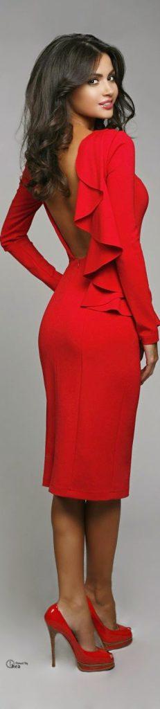 Jolie robe rouge chic mi longue dos nu saint valentin