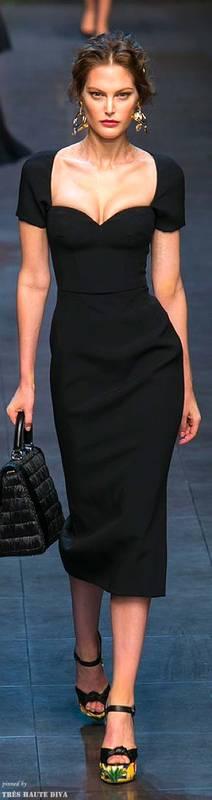 Robe noire saint valentin mi longue avec joli decollete effet pigeonnant