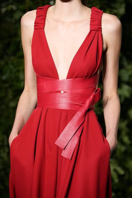 Robe rouge avec ceinture originale vue sur defiles
