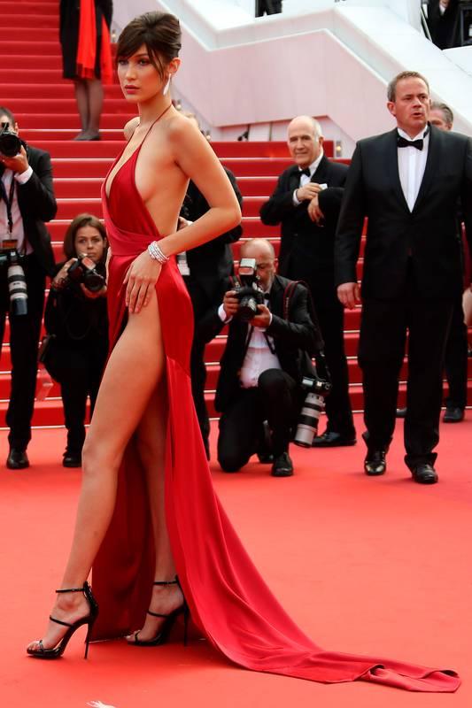 Robe rouge de createur tres sexy et glamour ultra fendue portee par bella hadid