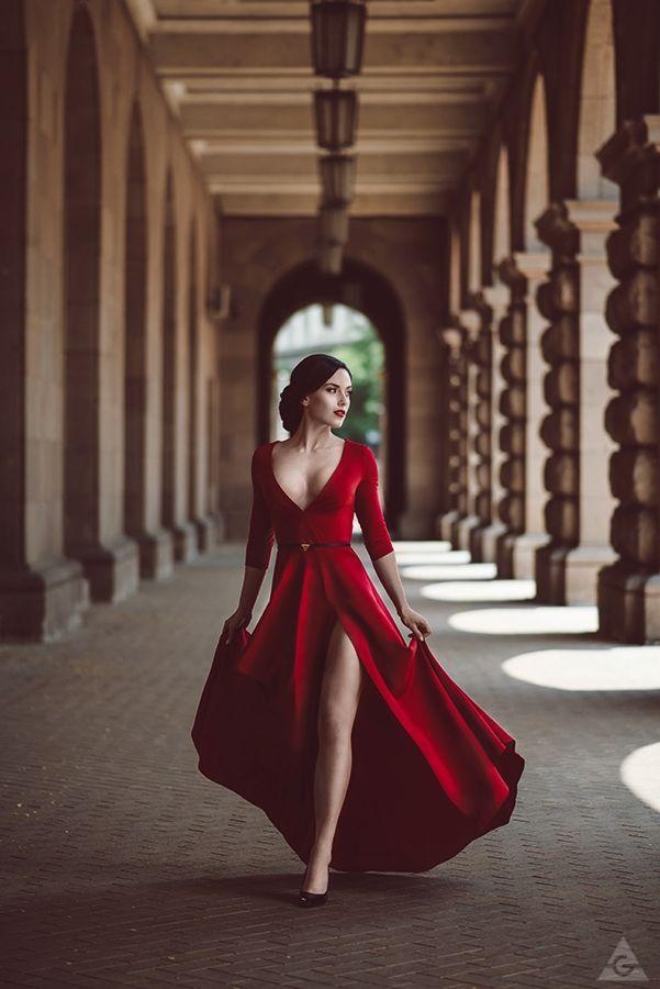 Robe rouge de soiree saint valentin fendue cuisse et decollete genereux