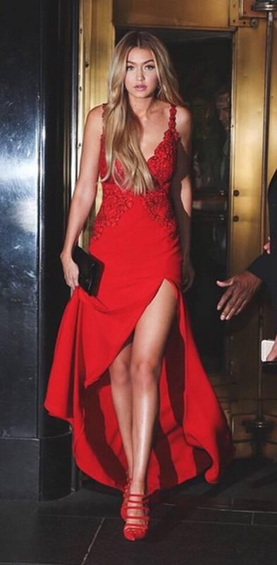 Robe rouge pour soiree chic fines bretelles et fendue asymetrique