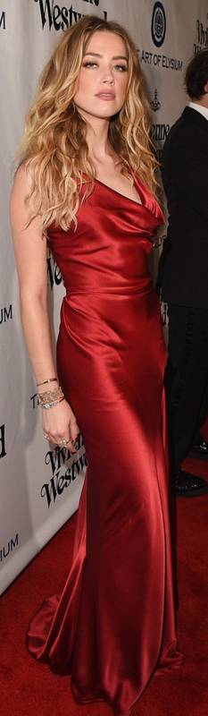 Robe rouge satin fine bretelle amber heard