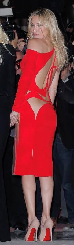 Tenue rouge avec decoupe peau nue pour saint valentin mi longue