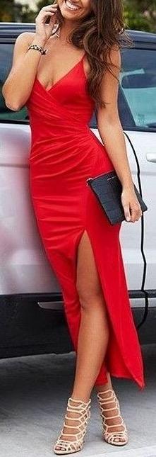 Tenue rouge longue bien fendue mi cuisse sur le devant pour la saint valentin